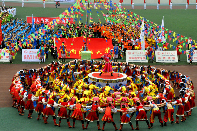 运动会开幕式-我校2014年春季田径运动会隆重开幕
